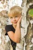 Retrato de una muchacha cerca del abedul Imagen de archivo libre de regalías