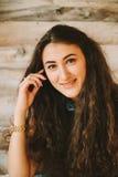 Retrato de una muchacha con de largo, pelo rizado, natural Imagen de archivo libre de regalías