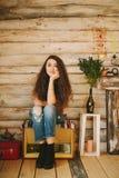 Retrato de una muchacha con de largo, pelo rizado, natural Imagen de archivo