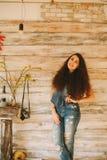 Retrato de una muchacha con de largo, pelo rizado, natural Foto de archivo