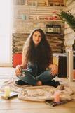 Retrato de una muchacha con de largo, pelo rizado, natural Fotografía de archivo libre de regalías