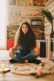 Retrato de una muchacha con de largo, pelo rizado, natural Fotografía de archivo