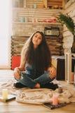 Retrato de una muchacha con de largo, pelo rizado, natural Fotos de archivo