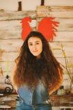 Retrato de una muchacha con de largo, pelo rizado, natural Gallo rojo Fotos de archivo libres de regalías