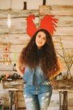 Retrato de una muchacha con de largo, pelo rizado, natural Gallo rojo Foto de archivo libre de regalías