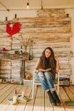 Retrato de una muchacha con de largo, pelo rizado, natural Lectura de la muchacha Fotografía de archivo libre de regalías