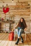 Retrato de una muchacha con de largo, pelo rizado, natural Maleta roja Imagen de archivo