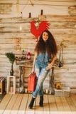 Retrato de una muchacha con de largo, pelo rizado, natural Maleta roja Imagenes de archivo