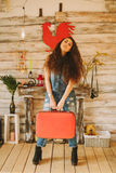 Retrato de una muchacha con de largo, pelo rizado, natural Maleta roja Imagen de archivo libre de regalías