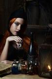 Retrato de una muchacha con el alto peinado mullido en maquillaje rococó del estilo y brillante barroco en un beige apacible a de Imágenes de archivo libres de regalías