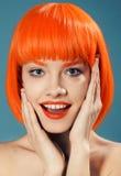 Retrato de una muchacha con el alto peinado mullido en maquillaje rococó del estilo y brillante barroco en un beige apacible a de Fotos de archivo libres de regalías