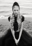 Retrato de una muchacha con el alto peinado mullido en maquillaje rococó del estilo y brillante barroco en un beige apacible a de Fotos de archivo