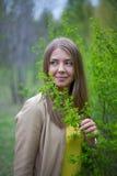 Retrato de una muchacha con el arbusto verde Fotografía de archivo libre de regalías