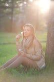 Retrato de una muchacha con el diente de león de la flor Foto de archivo