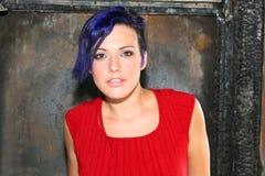 Retrato de una muchacha con el pelo azul. Fotos de archivo