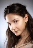 Retrato de una muchacha con el pelo marrón Fotos de archivo