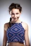 Retrato de una muchacha con el pelo marrón Foto de archivo