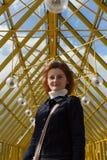 Retrato de una muchacha con el pelo que fluye en el fondo Imagen de archivo libre de regalías