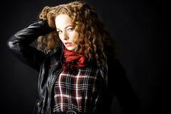 Retrato de una muchacha con el pelo rizado foto de archivo libre de regalías