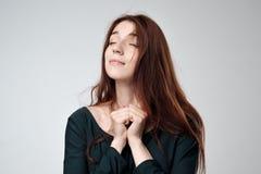 Retrato de una muchacha con el pelo rojo largo Imágenes de archivo libres de regalías