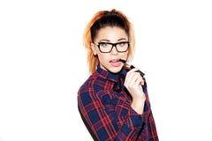Retrato de una muchacha con fumar nerdy de la mirada Foto de archivo libre de regalías