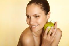 Retrato de una muchacha con la manzana verde imagen de archivo