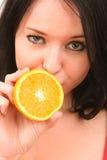 Retrato de una muchacha con la naranja. Foto de archivo