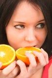 Retrato de una muchacha con la naranja. Foto de archivo libre de regalías