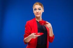 Retrato de una muchacha con la taza roja en sus manos Fotos de archivo libres de regalías