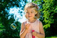 Retrato de una muchacha con las burbujas de jabón Fotos de archivo