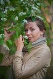 Retrato de una muchacha con las flores Fotos de archivo libres de regalías