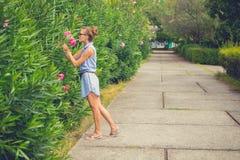 Retrato de una muchacha con las flores Alineada azul Imagen de archivo libre de regalías