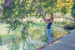 Retrato de una muchacha con las flores Alineada azul Imagen de archivo