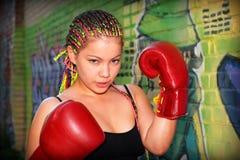Retrato de una muchacha con los guantes de boxeo rojos Imagen de archivo
