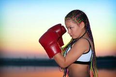 Retrato de una muchacha con los guantes de boxeo rojos Fotos de archivo