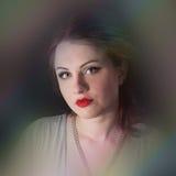 Retrato de una muchacha con los labios rojos en un vestido gris Imagen de archivo