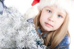 Retrato de una muchacha con los ojos azules en una Navidad h Fotografía de archivo