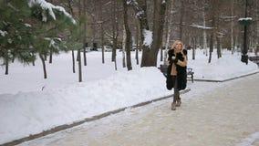 Retrato de una muchacha con una taza de café en invierno almacen de metraje de vídeo