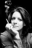 Retrato de una muchacha con un cigarro Foto de archivo libre de regalías