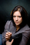 Retrato de una muchacha con un cigarro Imagenes de archivo