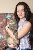 Retrato de una muchacha con un gato Foto de archivo libre de regalías