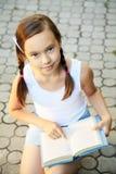 Retrato de una muchacha con un libro Fotos de archivo