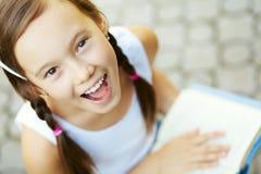 Retrato de una muchacha con un libro Fotos de archivo libres de regalías