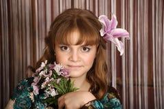 Retrato de una muchacha con un lirio Imagen de archivo