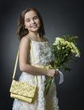 Retrato de una muchacha con un ramo de flores. Fotos de archivo