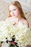 Retrato de una muchacha con un ramo grande de flores Fotos de archivo libres de regalías