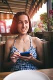 Retrato de una muchacha con un teléfono Imagenes de archivo