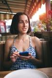 Retrato de una muchacha con un teléfono Fotos de archivo