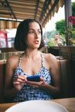 Retrato de una muchacha con un teléfono Fotos de archivo libres de regalías