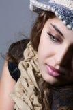 Retrato de una muchacha con una bufanda. Fotos de archivo
